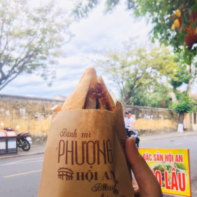 Món ăn đường phố nổi tiếng - Bánh mì Phượng